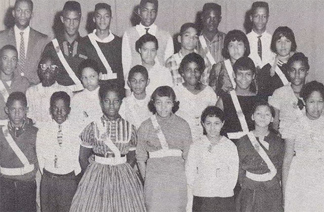 Loudoun Students. Archival black and white photo of more than a dozen Black students posing for a class photo.